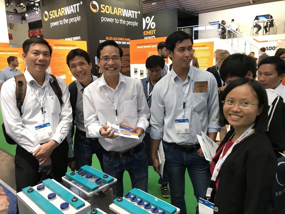 Intersolar participants in front of batteries